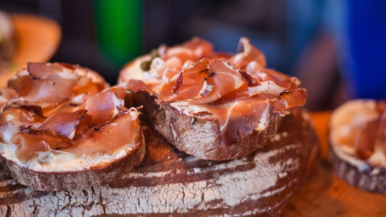 Slices of bread topped with smoked ham