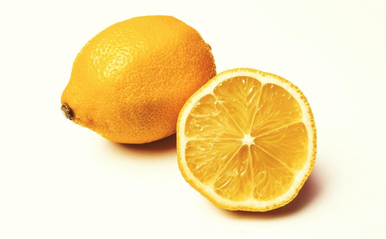 whole lemon and sliced lemon