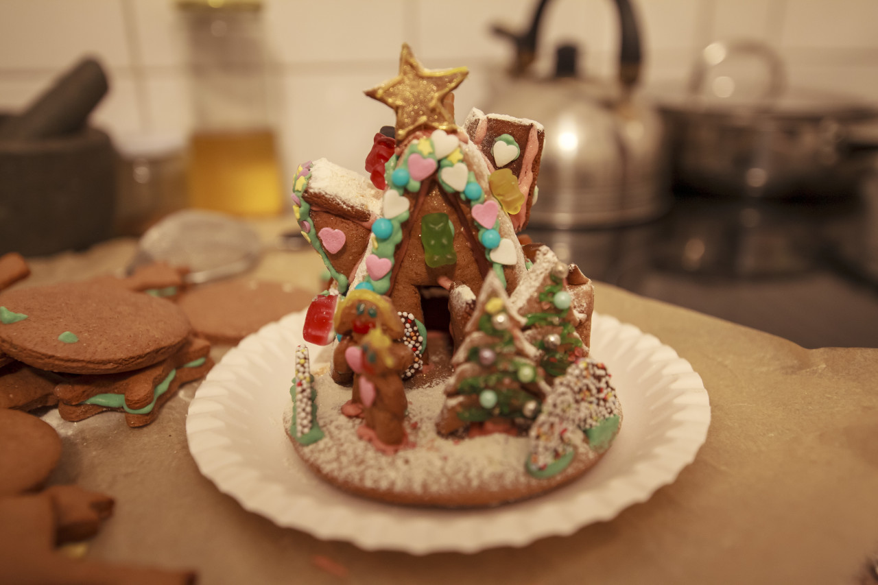 Gingerbread house i a kitchen