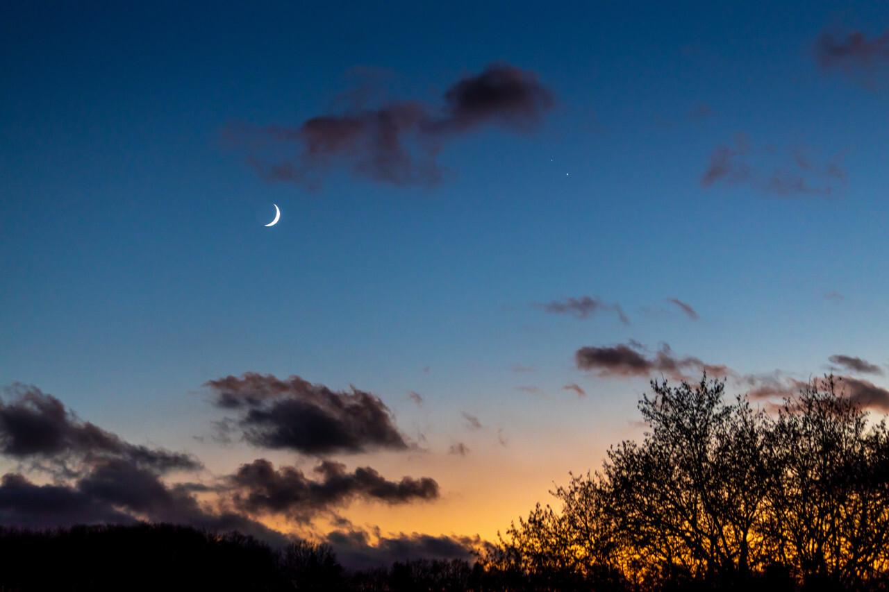 Night sky crescent moon