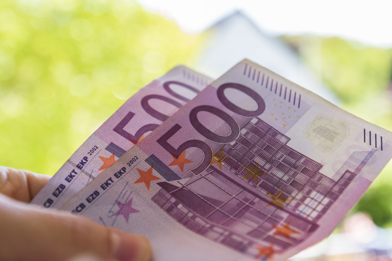 Two 500 euro notes in a hand - 1000 euro