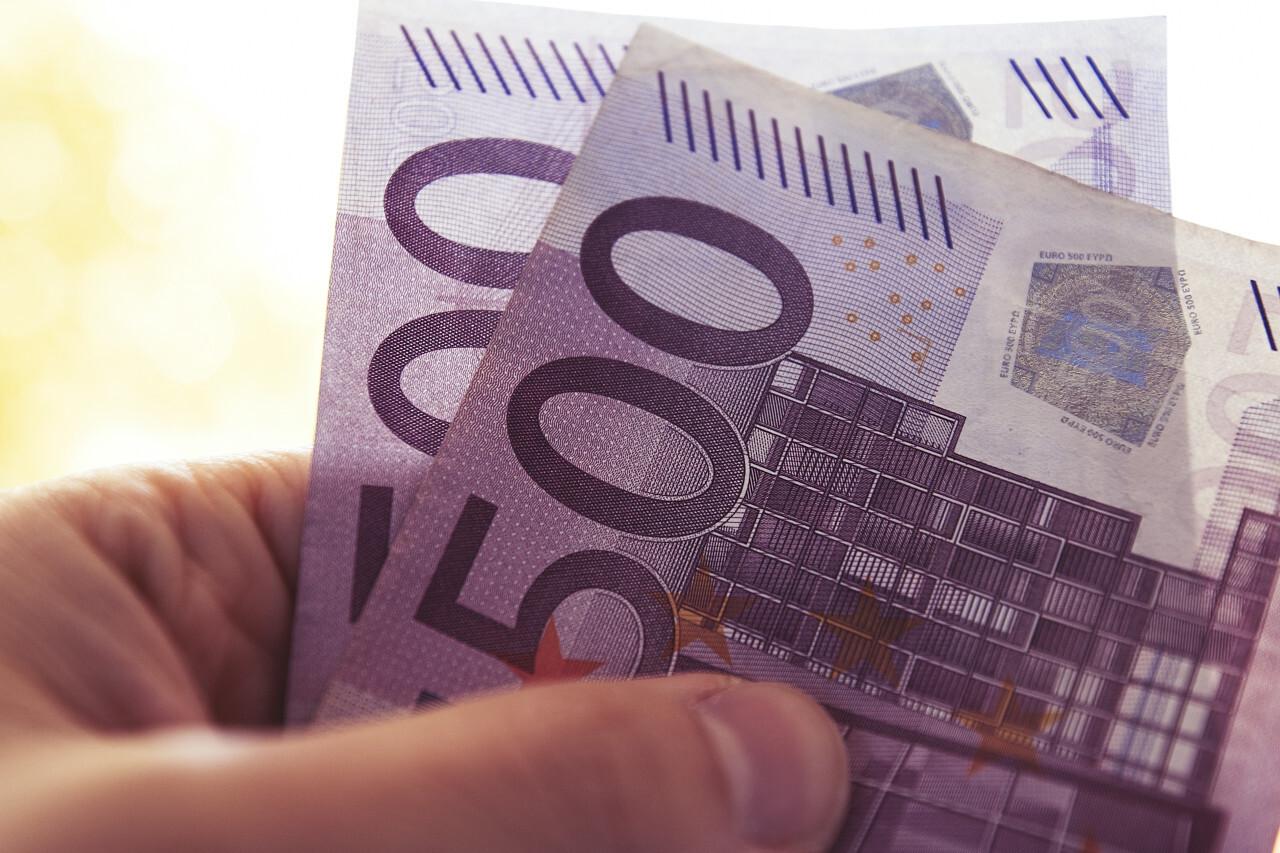 1000 euro in hand 2x 500 euro
