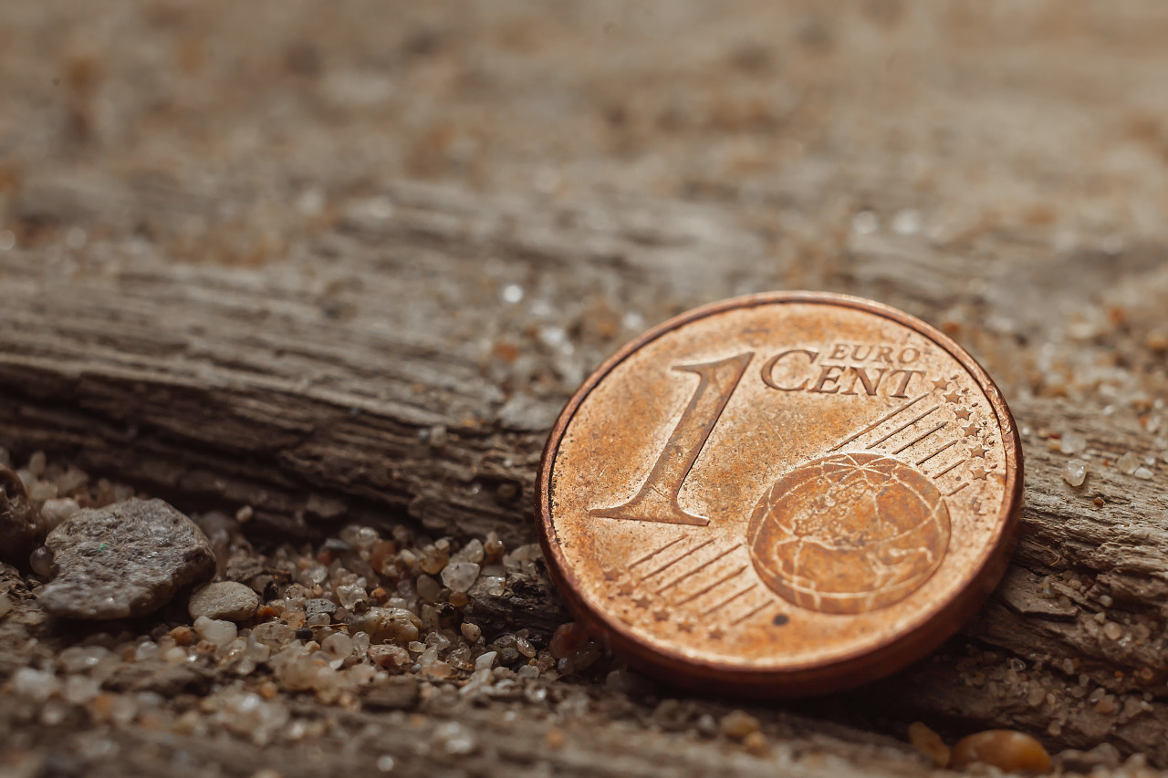 1 euro cent on the ground