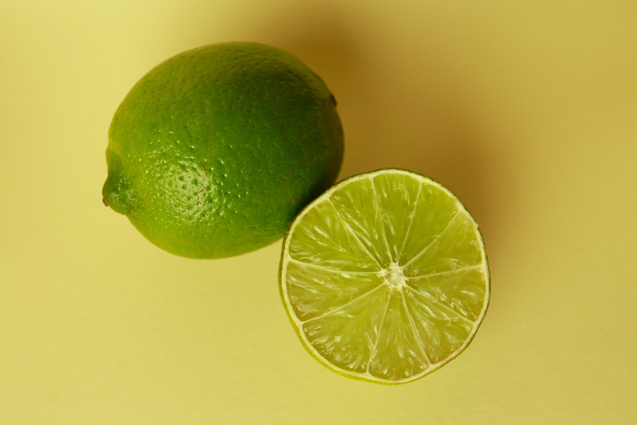 whole lime and sliced lime