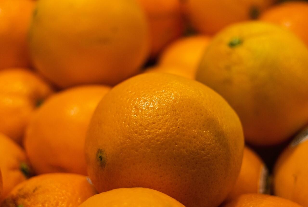 Many fresh oranges