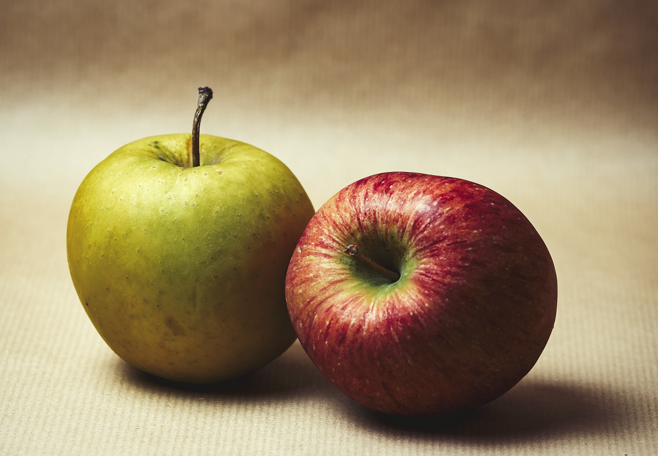 green and red apple