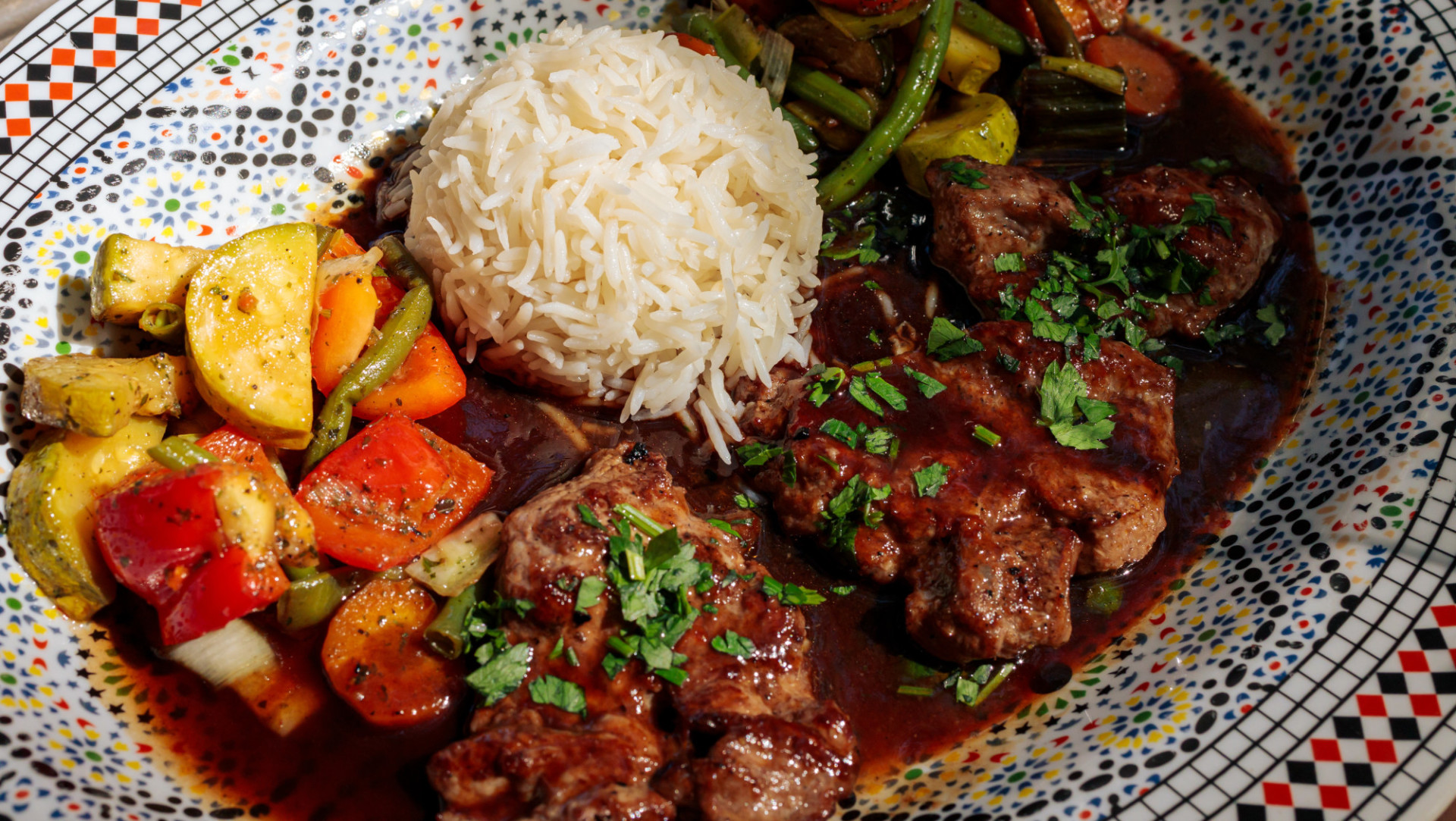 Plate with lamb, rice and grilled vegetables
