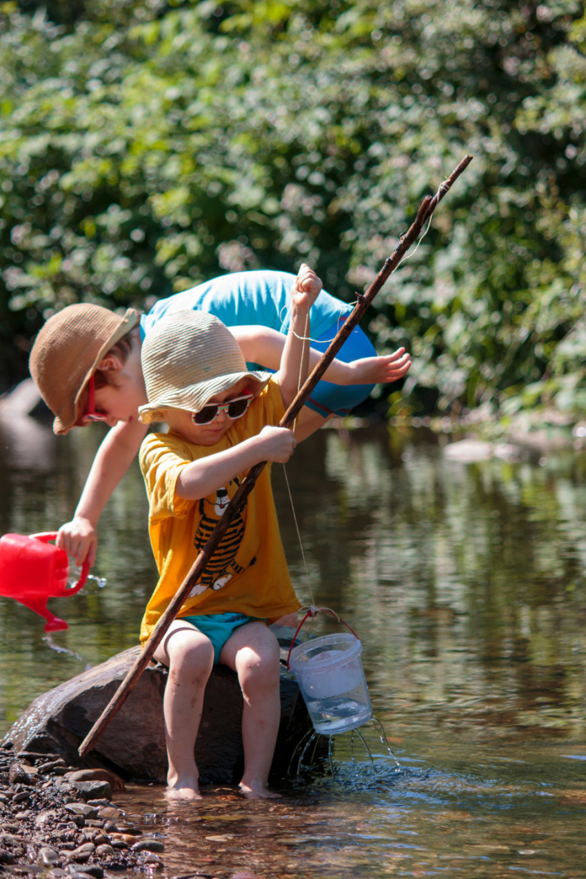 Children play fishing