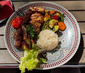 Stock Image: Plate with Arabic meat skewers served with rice and grilled vegetables